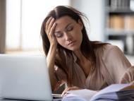 Mujer estudiando frustrada