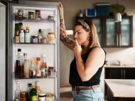 mujer mirando interior de nevera, comer, hambre