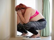 mujer pesándose en báscula