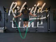 mujer saltando a la cuerda, ejercicio