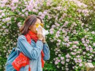 Mujer con síntomas de alergia