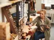 Una mujer en un taller.