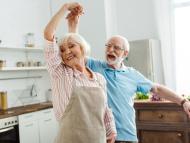 Una pareja baila en su casa.