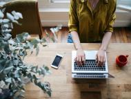 Una persona utiliza un ordenador portátil