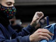 Un trabajador joven limpia un tablero de ajedrez en una fábrica en La Garriga (Barcelona)