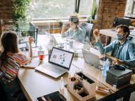 Varias personas trabajan en una oficina.
