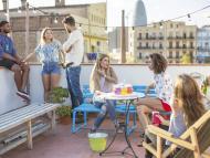 Amigos en una terraza en Barcelona