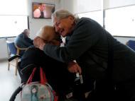 Ancianos de una residencia dándose un abrazo