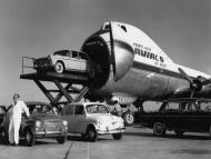 Para cargar los aviones Carvair, los vehículos se elevaban hasta el nivel de la cabina con un elevador