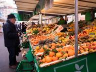 hombre comprando frutas y verduras. Frutería