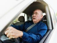 hombre conduciendo con miedo