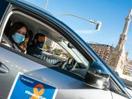 Isabel Díaz Ayuso y Pablo Casado en un coche de campaña del PP.