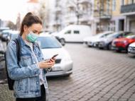 Mujer buscando su coche con el móvil