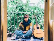 Mujer con el móvil y la guitarra