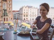 Mujer pagando con el móvil