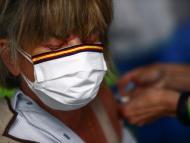 Una mujer recibe la vacuna de AstraZeneca contra el COVID-19 en España.