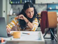 Una mujer revisa los documentos de una hipoteca.