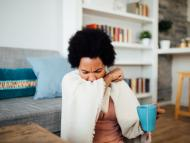 mujer tosiendo, estornudando, gripe