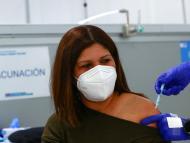 Mujer vacunándose en Madrid