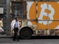Una persona camina con el logo de bitcoin detras