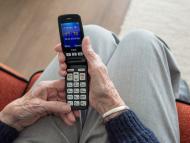 Una persona mayor con un teléfono móvil.