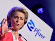 La presidenta de la Comisión Europea, Ursula von der Leyen, durante una rueda de prensa tras una visita a las instalaciones de Pfizer.