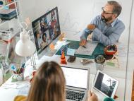 Una reunión en una oficina con varios empleados en videoconferencia