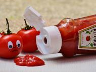 Unos tomates y un bote de kétchup.