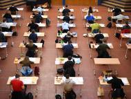 Alumnos haciendo un examen durante la pandemia