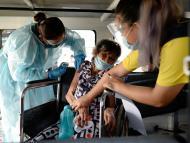 Anciana recibe vacuna coronavirus