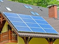 Casa con un panel solar