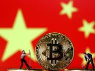 Dos mineros con una moneda de bitcoin y la bandera de China detrás.
