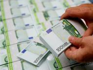 Un empleado comprueba los billetes de 100 euros en la sede de la empresa Money Service Austria en Viena