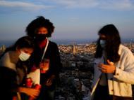 Un grupo de chicas amigas celebran juntas con mascarillas durante la pandemia.