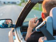 Un hombre fuma mientras conduce