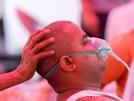 hombre con problemas respiratorios en India