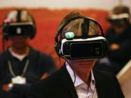 Un hombre prueba unas gafas de realidad virtual durante el Foro de Davos