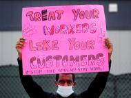 Imagen de una protesta de un trabajador de Amazon