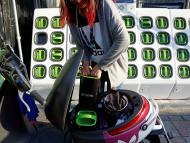 Intercambio de baterías eléctricas en una moto de Gogoro