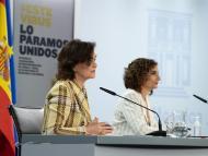 De izquierda a derecha, la ministra de la Presidencia, Carmen Calvo, y la titular de Hacienda, María Jesús Montero.