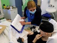 Una joven con cáncer en el hospital.