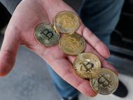 Monedas que representan al bitcoin creadas en una tienda en Estambul (Turquía)