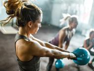 mujer haciendo ejercicio en gimnsaio