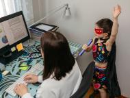Una mujer intenta trabajar, mientras su hija, disfrazada, canta.