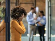 Mujer preocupada, con depresión, en la oficina.
