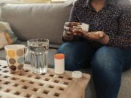 mujer tomando suplementos, pastillas, medicamentos