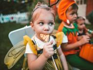 niña comiendo chucuerías, dulce, azúcar