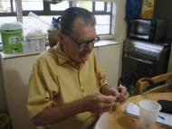 Un paciente diabético prepara su insulina