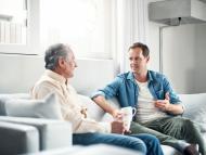 Persona mayor charlando con persona joven