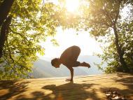 persona practicando yoga al aire libre